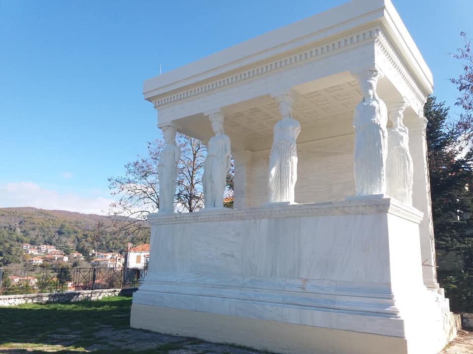 Αποτέλεσμα εικόνας για Οι Καρυάτιδες των Καρυών αντίγραφα των Καρυάτιδων του Ερεχθείου στην Ακρόπολη της Αθήνας